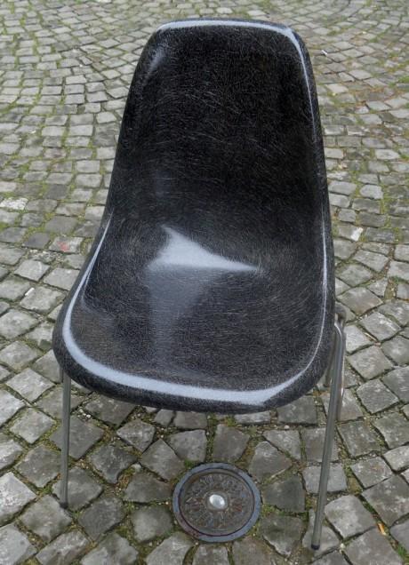 Olivier Kilchoer offre une chaise en fibre de verre Charles Eames/Ed. Herman Miller (1955/60)