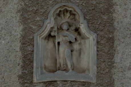 Relief sur la façade de la Samaritaine 6 (Hospice Saint-Jacques)