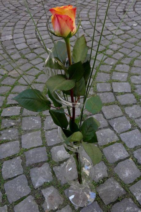 Sonja Bischofberger offre un vase à rose